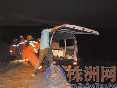 面包车在桥上倒车时,车子的右后轮悬在了半空中,汽车摇摇欲坠高清图片