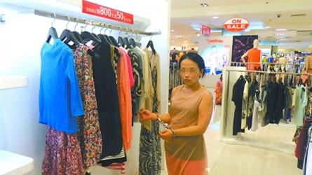 女子钱包刚被偷 后脚就去商场偷衣服