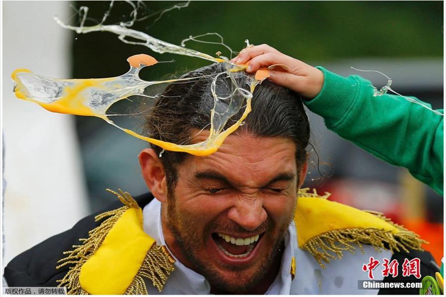 英国举办世界扔鸡蛋锦标赛 现场蛋液四射令人捧腹