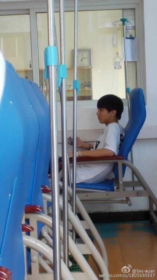 tfboys王俊凯医院输液被偷拍 粉丝大呼很心疼/图