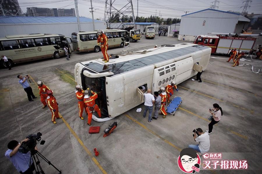 大巴侧翻起火乘客被困受伤 多部门协作演练事故处置