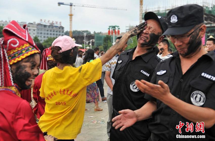 云南丘北万人狂欢抹黑脸 警察主持人都未能幸免