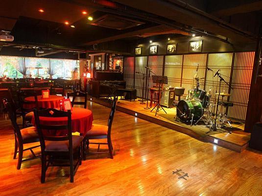 pot还融合了创新与怀旧的文化氛围,是一个惬意舒适的欧式音乐餐厅酒吧