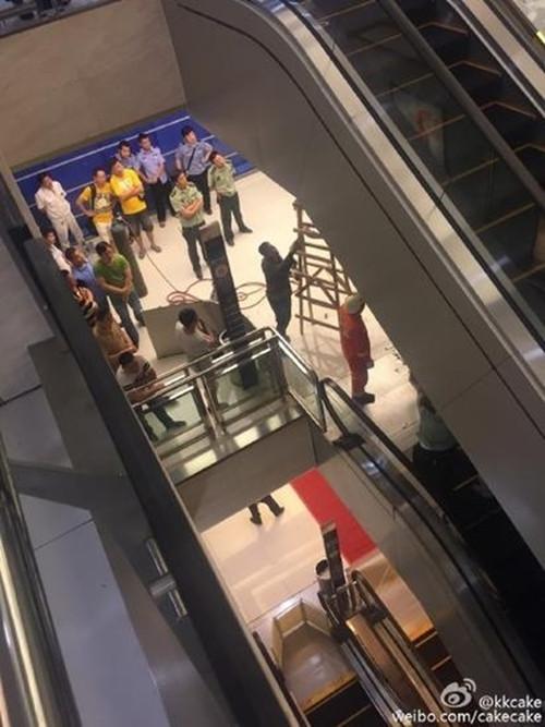 湖北荆州一女子在百货商场内被搅入手扶电梯身亡