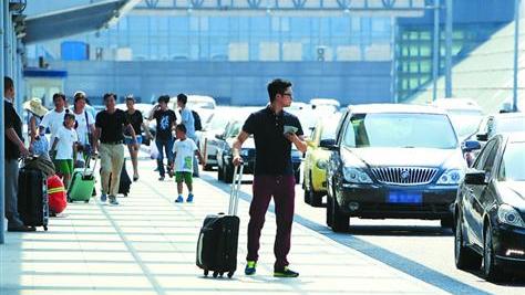 上海虹桥枢纽专车占道等人 出租上客苦等半小时