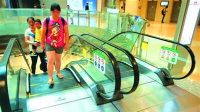 """上海地铁扶梯客伤数上升 穿长裙、洞洞鞋易被""""咬"""""""