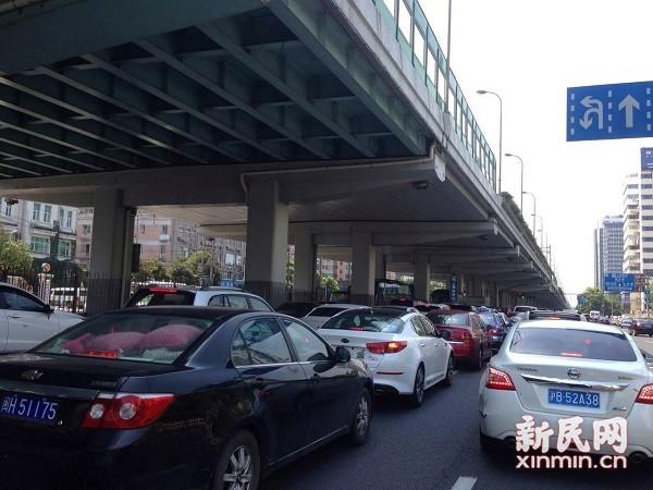 1号线故障致地面交通严重拥堵 司机:40分钟车都不动