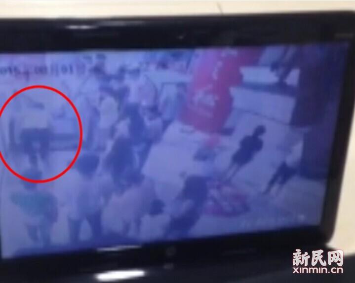 """监控视频还原""""龙之梦电梯夹人""""事件"""