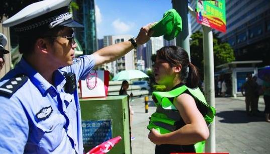 深圳闯红灯者被罚戴绿帽执勤,你怎么看?