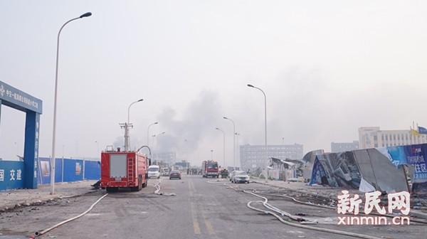 爆炸核心区依然浓烟密布 增援消防车抵达