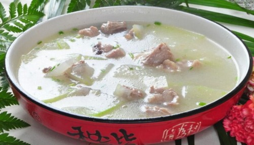 2、将排骨在开水锅中焯一下,再 再炖半小时,加盐、胡椒粉、味精