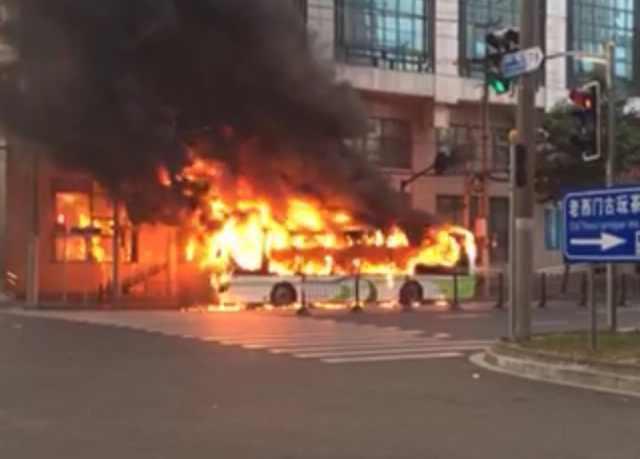 今晨老西门附近一辆11路电动公交车自燃起火