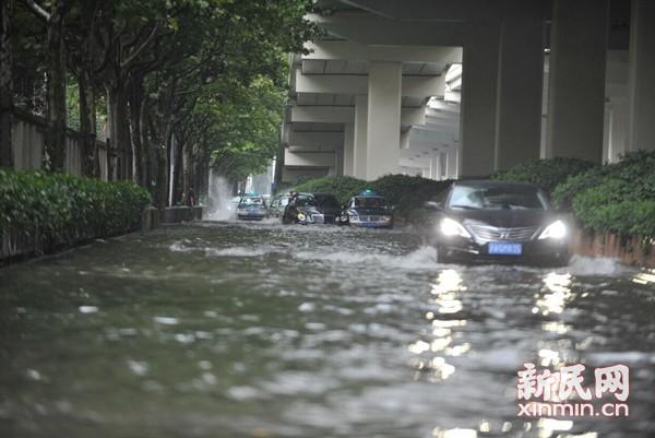 """暴雨致市区多条路面积水 市民吐槽出门""""看海"""""""