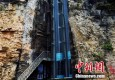 湖北现88米观光电梯 夹在两座山体狭缝绝壁间