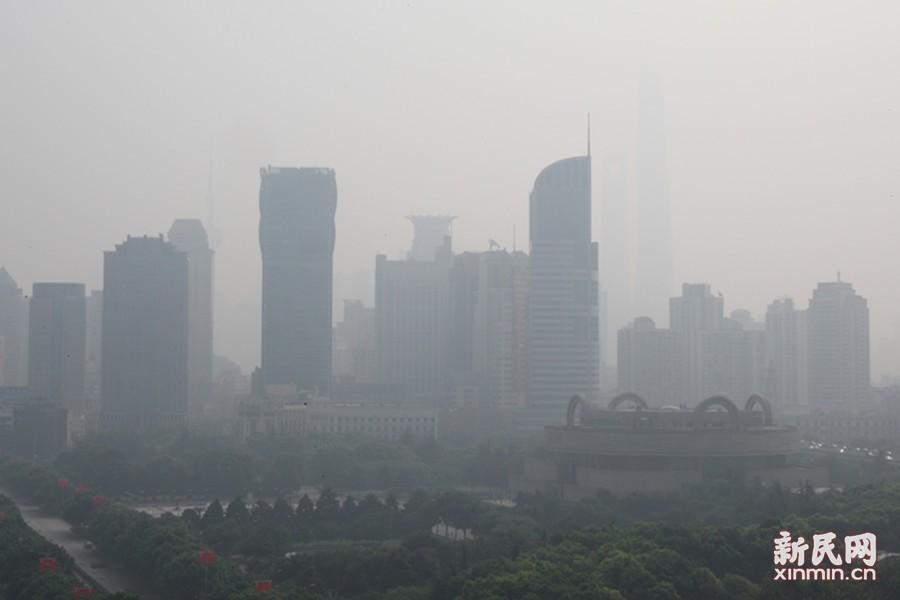 申城今空气质量污染 市民掩鼻出行