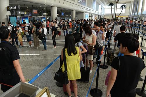 沪机场早高峰安检拥堵 春秋航空一日内超百名旅客误机