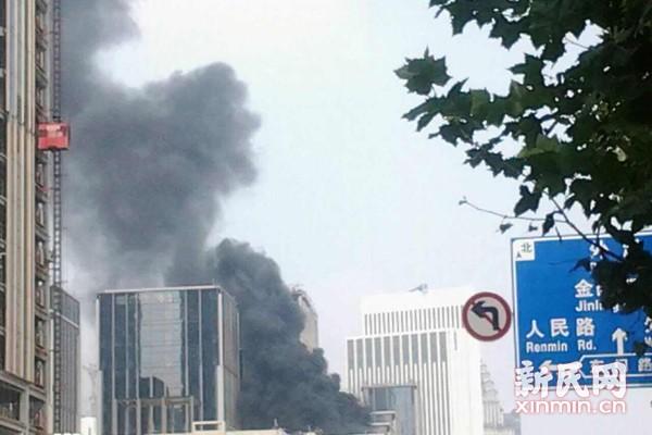 外滩十六铺码头一在建工地发生火情 烧着保温材料