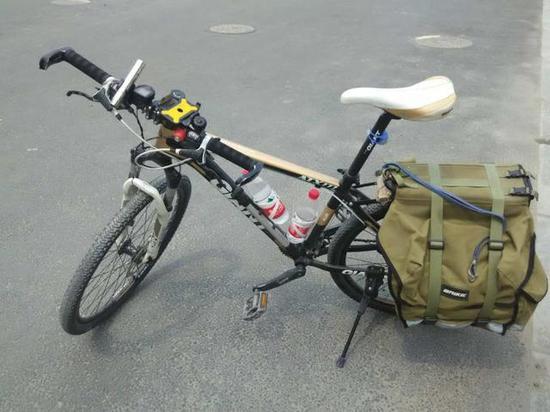 的包就放在这辆自行车的后座上.-男子骑车途中丢包 内装价值八万图片