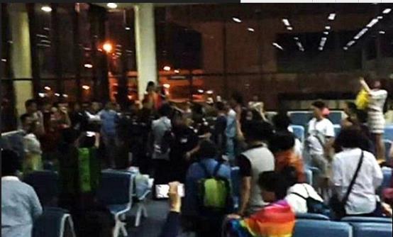 滞留曼谷机场中国游客称,唱国歌不为钱是为求道歉,你怎么看?