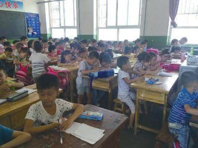 陕西蒲城一小学教室挤近百学生 有的站着上课