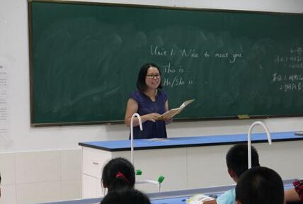 最美学生老师为妈妈脑瘫做人教版英语初中下载拐杖图片