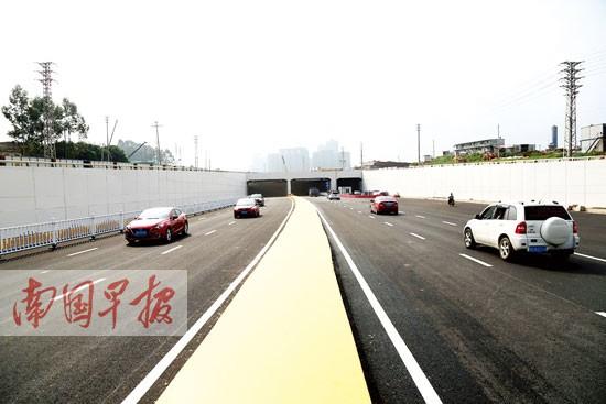 南宁市良庆大桥 五象大道立交下穿地道开通运行图片