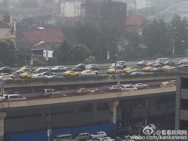 为投诉维权 上海一楼盘大量业主驾车堵住南北高架图片