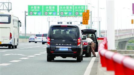 太险!为省事 浦东机场外大量接机车把高架当停车场