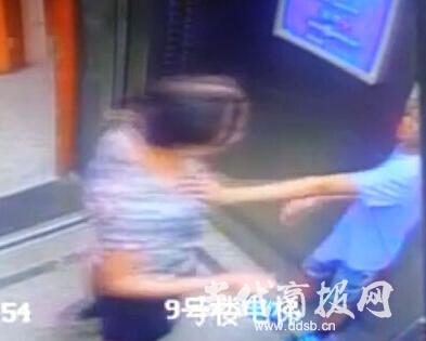 强吻 小学生 电梯间