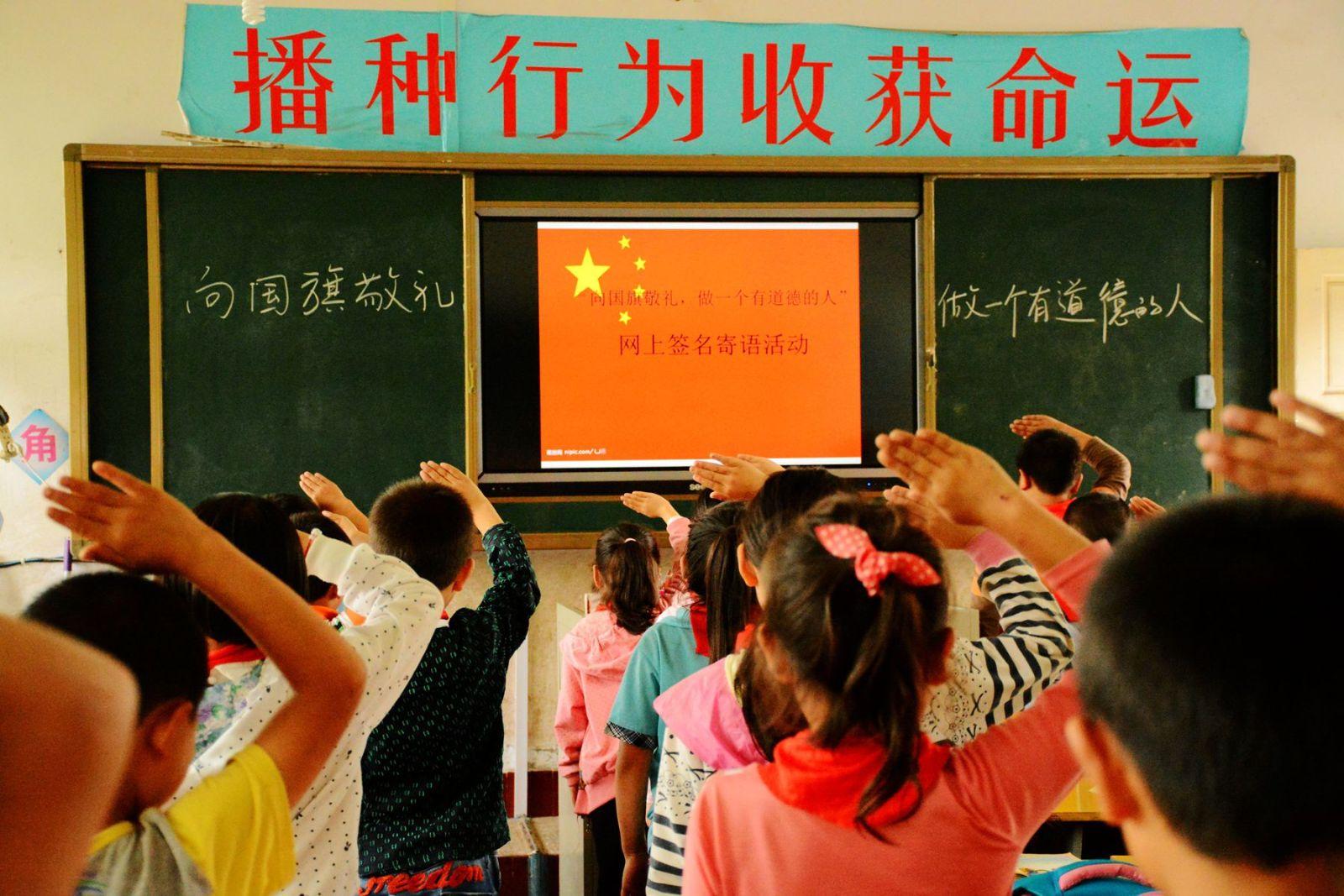 恩施十余万中小学生网上签名 向国旗敬礼