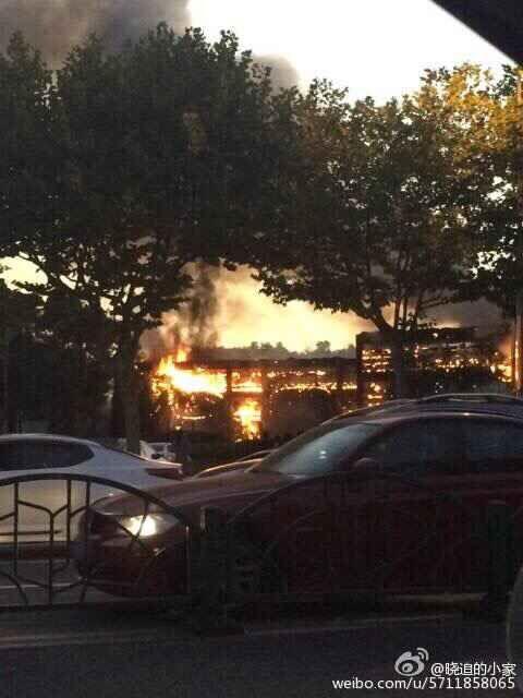 中秋夜上海世纪公园起火 现场火光冲天