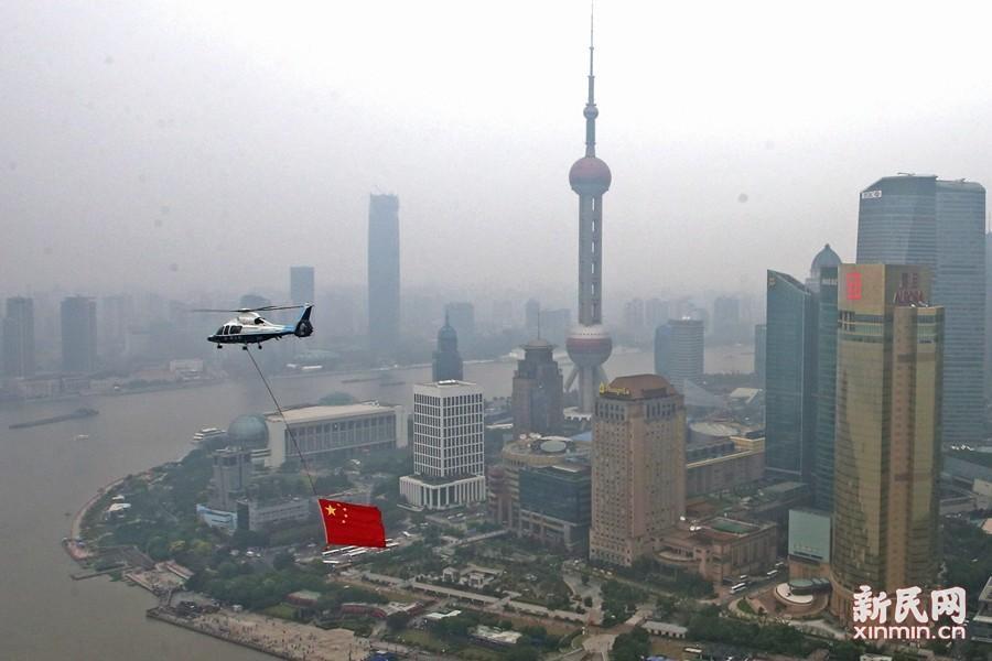 直升机挂五星红旗为祖国庆生 长假首日市民出城忙