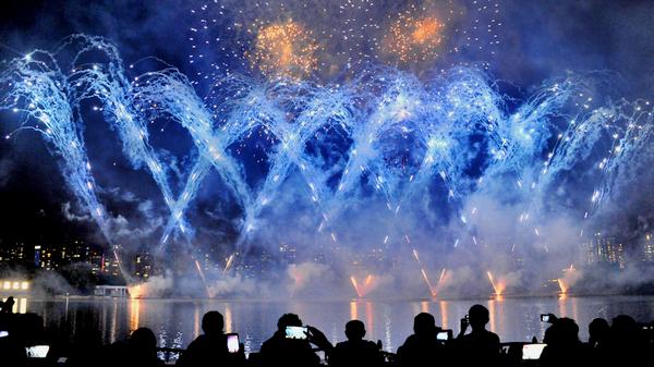 上海国际烟花节:火树银花不夜天