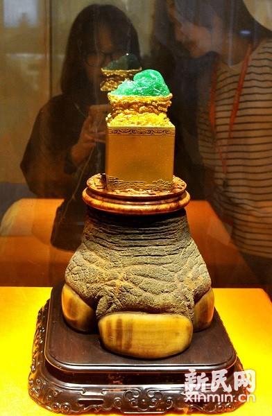 """2015上海国际珠宝展今天上午在上海世博展览馆开幕,由国家级工艺大师李博生打造的,价值近十亿元的""""携子上朝""""高档翡翠玉玺与观众见面。新民晚报通讯员 杨建正 摄"""