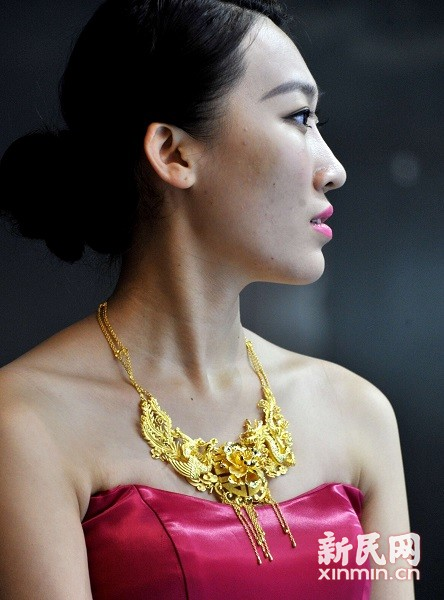 美丽的模特佩戴耀眼的金饰。新民晚报通讯员 杨建正 摄