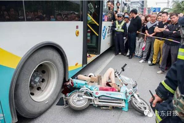 江苏骑车女子被出租车开门撞倒又遭公交碾压