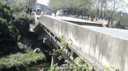点左右,湖北省赤壁市赵李桥镇_ 107国道_ 马家湾桥发生坍塌.此公路