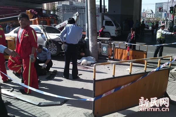 网曝今晨黄兴路路口桑塔纳撞死行人