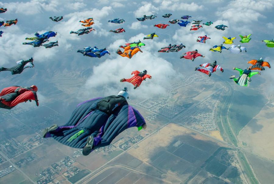 """美国61""""翼人""""加州高空齐滑翔打破世界纪录"""