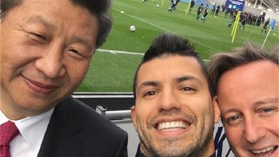 习近平参观曼城足球学院 与球员阿奎罗自拍