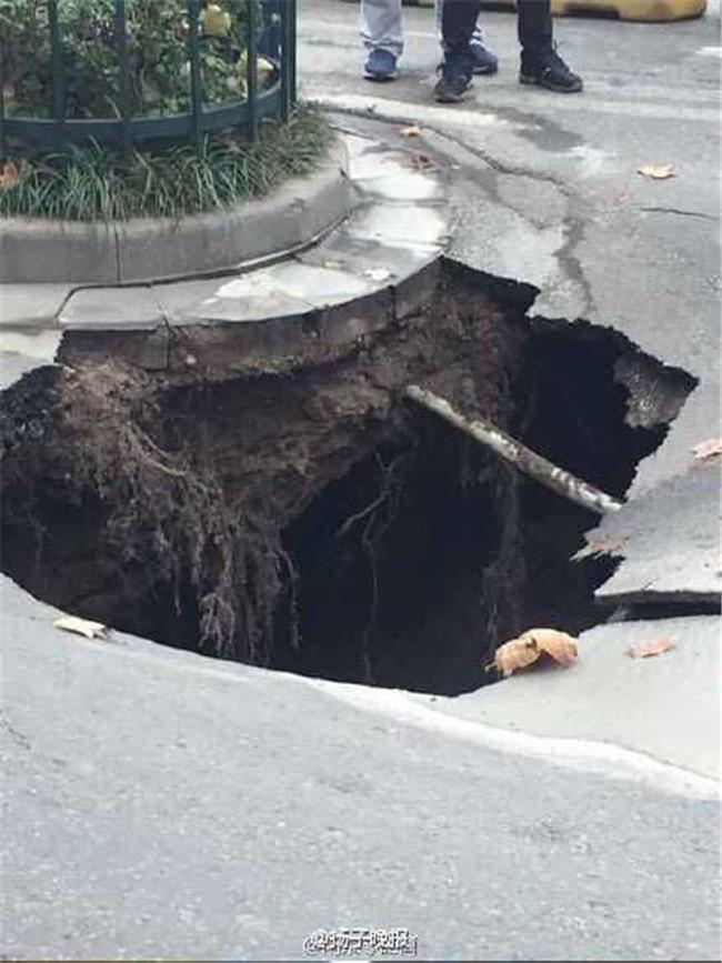 机动车道变道至非机动车道,结果路面突然塌陷卡住了前轮.附高清图片