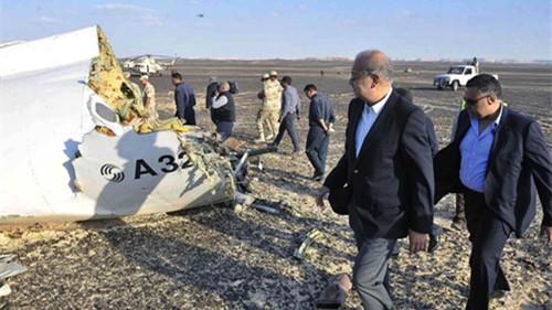 俄罗斯客机坠毁现场曝光 残骸四分五裂