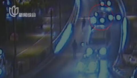 男子酒驾逃避检查 奔驰引擎盖顶人逃窜3公里