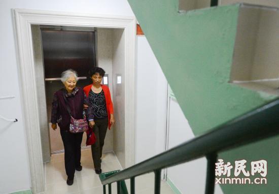 """沪彭浦新村千余楼道装折叠凳 老人爬楼可以""""歇歇脚"""""""