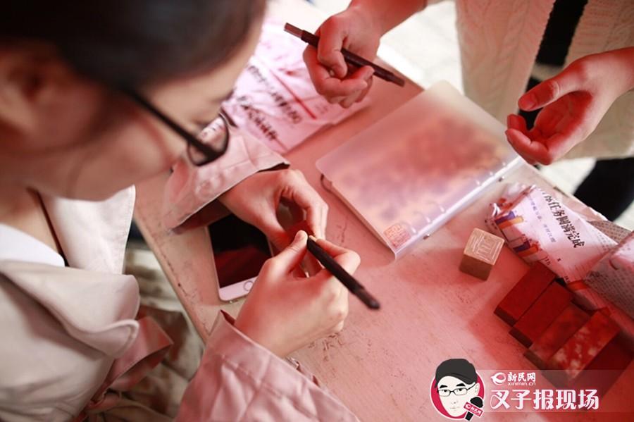 """上海""""非遗进校园"""" 大学生拿起篆刀钩针""""玩转""""传统文化"""