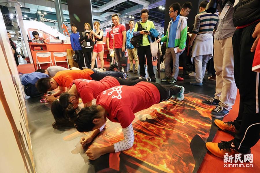 首届上海体博会:平板支撑现场赛 上马装备排队领