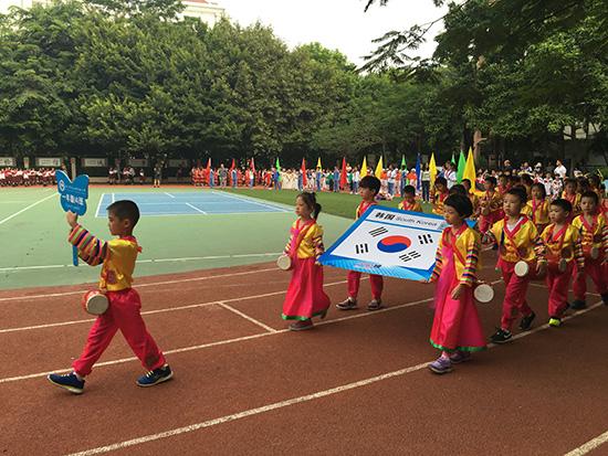 组图:深圳小学生运动会萌娃化身外国代表队图片