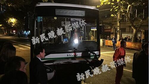 上海平凉路一出租车与37路公交相撞 司机生命垂危