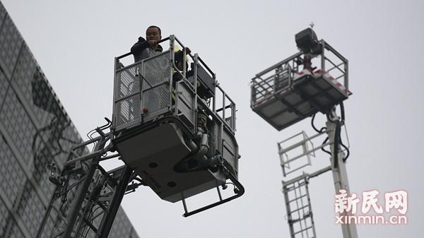 119消防周开启 普陀消防操练高空救人