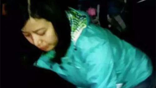八旬翁东方明珠食物卡气管 女游客口对口呼吸施救